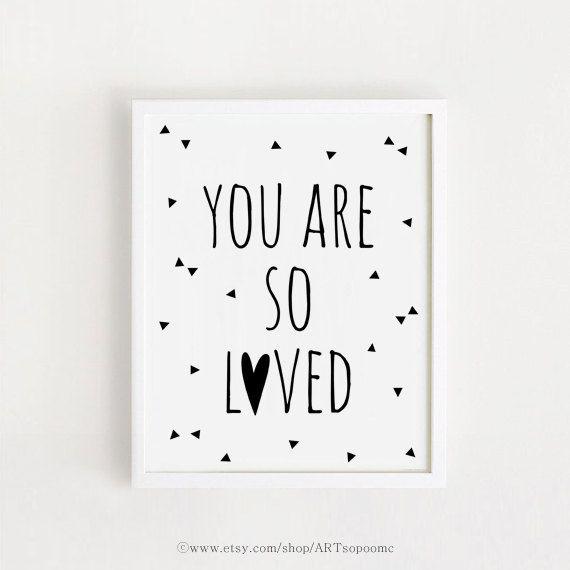 Sie sind so geliebt druckbare Zitate Poster Zeichen weiß und schwarz einfaches Wort süße Kinderzimmer-Wand Kunst Dekor 5 x 7, 8 x 10, A4, A3 INSTANT DOWNLOAD
