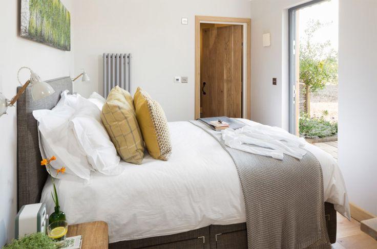 ห้องนอนจะอยู่ติดกับห้องโถง มีห้องน้ำในตัว และบานประตูเล็กไว้เปืดไปยังสวนหน้าบ้านได้โดยไม่ต้องผ่านห้องโถง