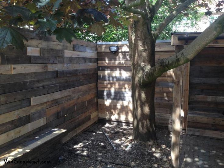 Schutting van sloophout. Geeft een leuk speels en landelijk effect. #schutting #buiten #tuin #sloophout