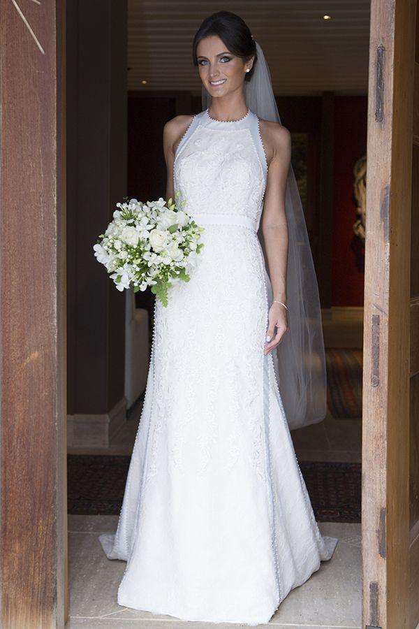 Vestido de noiva contemporâneo | Modelo de cava americana com renda e mini pérolas bordadas { Vestido: L'Utelier | Foto: Flavia Vitoria }