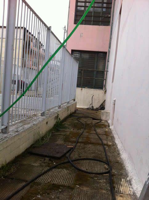 Περνώντας τους σωλήνες για τον καθαρισμό του φρεατίου - http://apofraktiko.gr/apofraxis/apofraxi-freatiou