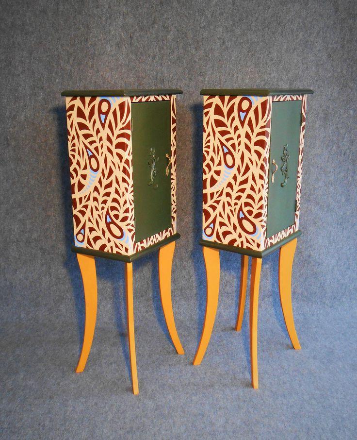 Decorazione a pennello di coppia di comodini vintage ai quali è stata effettuata la sostituzione delle gambe.