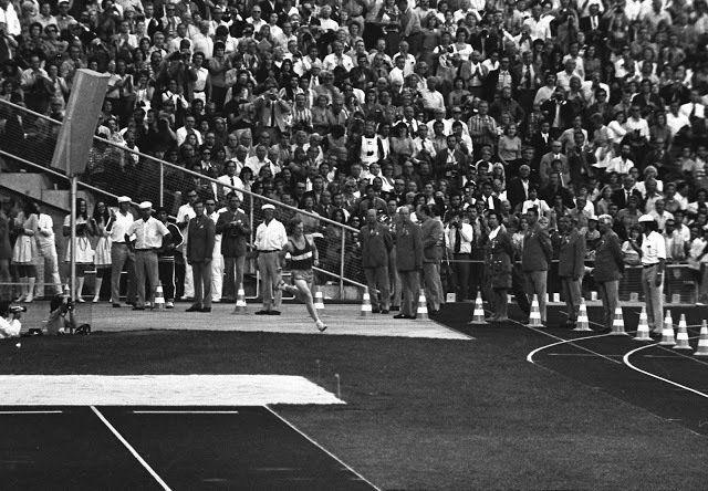 ¿Qué parece?  El primer corredor del maratón de los Juegos Olímpicos de Munich que entra en el estadio, a escasos 400 metros de convertirse en campeón olímpico.