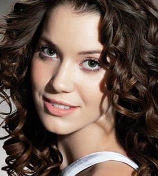 Veja dicas preciosas para ter cabelos com cachos definidos sem gastar muito ao estilo faça você mesma!