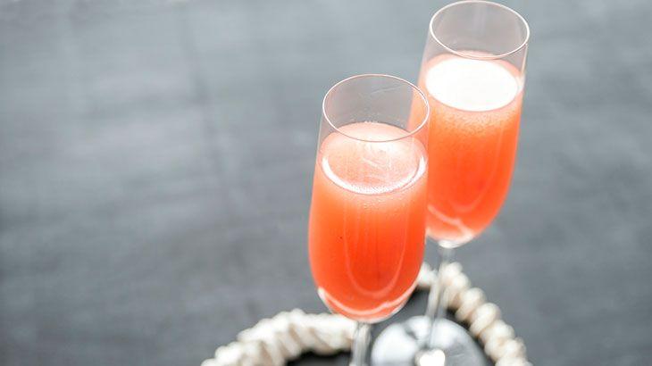1 parte de vodka 1 parte de suco de pêssego Champanhe ou espumante Modo de fazer Coloque a vodka e o suco em uma taçã e complete com o champanhe.