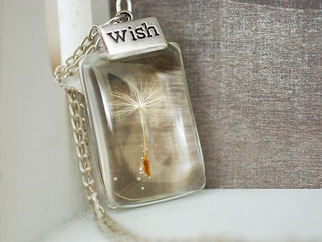 """Zażycz sobie czegoś... Ten wyjątkowy naszyjnik przekonuje swoim eleganckim i oryginalny wyglądem, użyliśmy do niego prawdziwych ziaren dmuchawca. Srebrna zawieszka """"Wish"""" towarzyszy magicznym..."""