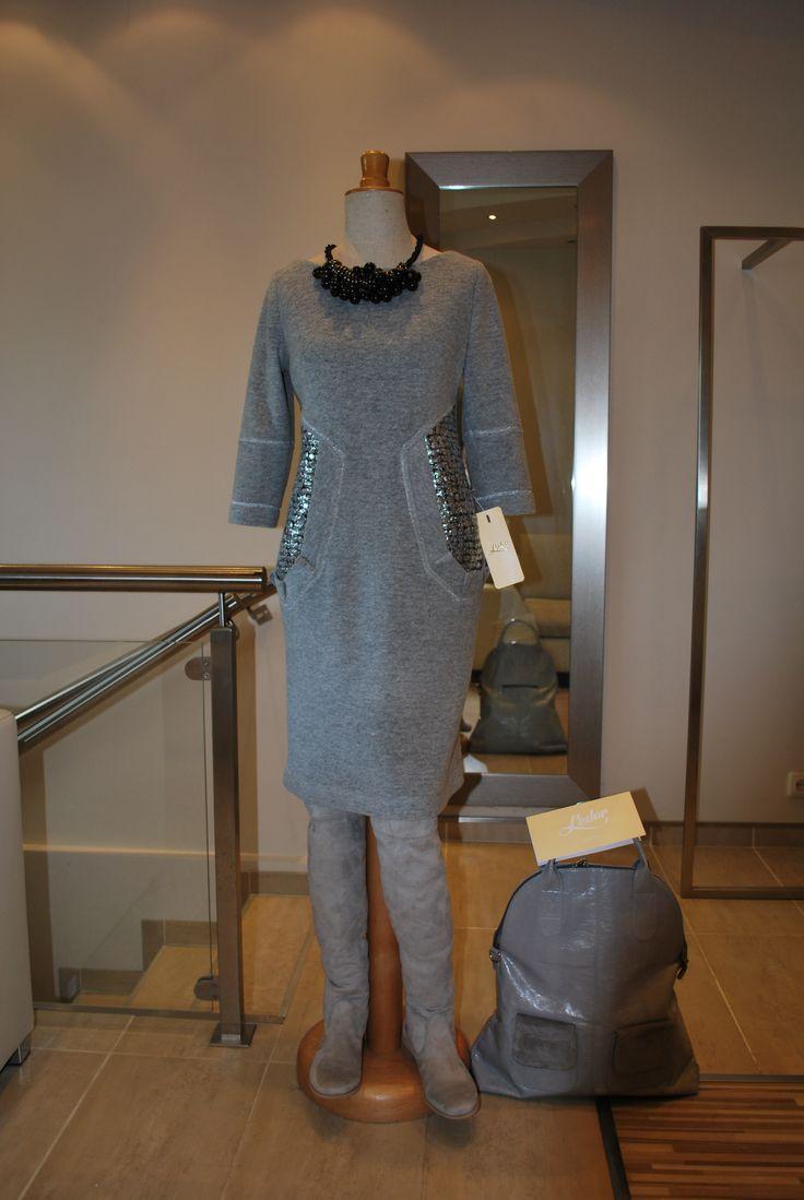 Połączenie motywu sukienki Kolli z cienką szarą wełną