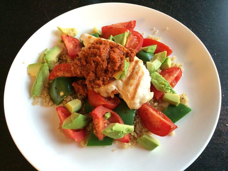 Quinoasalade met gegrilde kip met pesto, paprika, avocado en tomaatjes uit de oven