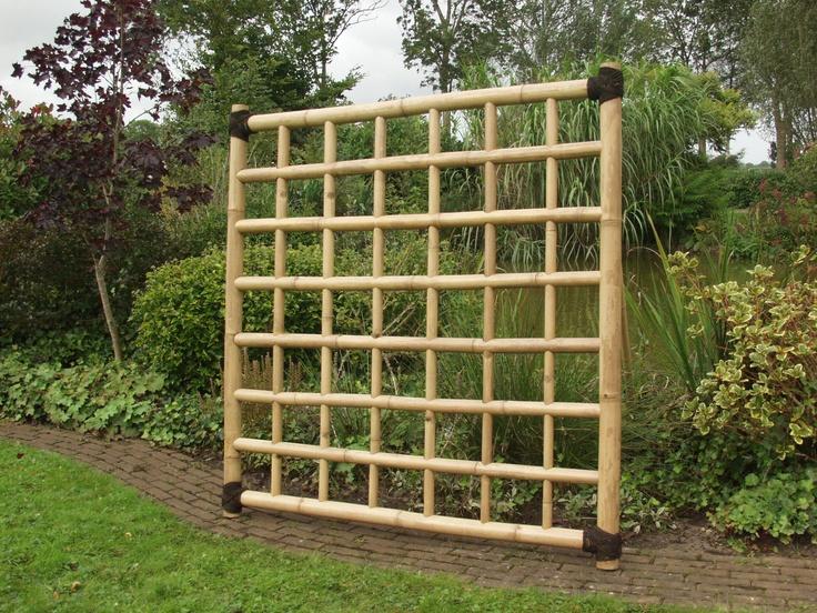 """Een bamboetrellis gemaakt van 7 cm dikke bamboestokken. Ideaal om de tuin in """"kamers"""" te verdelen. Op onze site www.paulschramauinontwerp.nl kunt u deze schermen bekijken en bestellen."""
