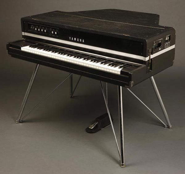 sweet yamaha electric grand piano from the 70s music. Black Bedroom Furniture Sets. Home Design Ideas