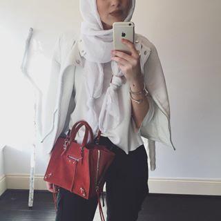 Maria Alia | white leather jacket + shirt + hijab/scarf + black skinny jeans + red shoulder bag
