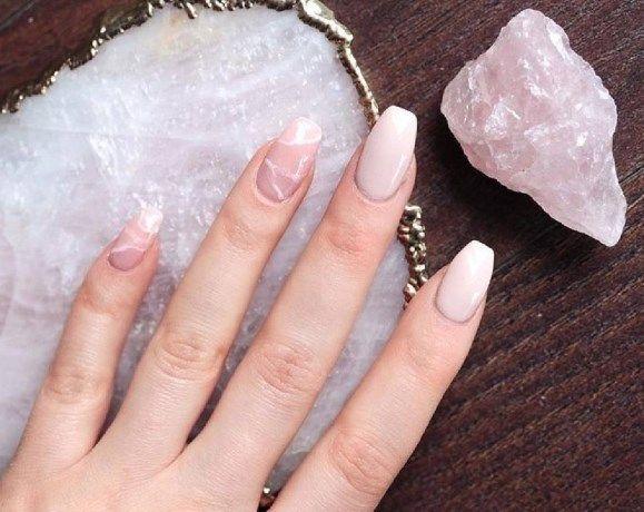 Kristallen op je nagels? Rose quartz nails zijn de nieuwe trend