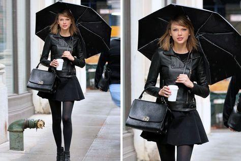 ¡It's raining men! Las famosas y sus looks bajo la lluvia Otra versión de Taylor: chaqueta de cuero, falda corta, botas y paraguas, todo, todo a tono. Eso sí, de las clásicas botitas de lluvia, ni hablar. Foto: Vía Eonline.com