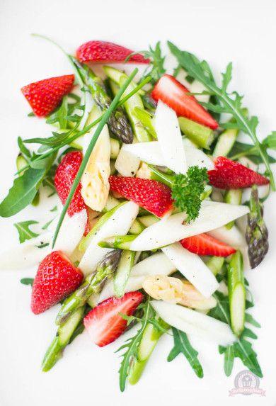 Spargel-Rucola-Salat mit frischen Erdbeeren