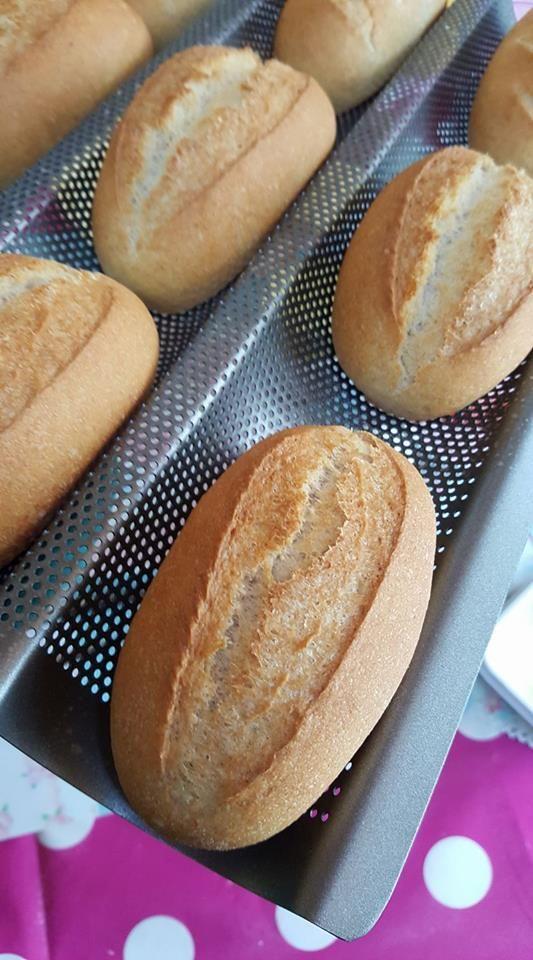 Heute hab ich ein total einfaches und schnelles Rezept für euch…für Baguettebrötchen. Ich hab mir nämlich gestern so ein Baguetteblech mit kleinen Löchlein gekauft und musste es natürlich gle…