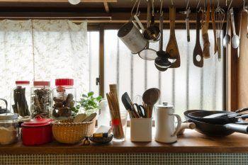 普段よく使うものは吊るして収納。素材を大切に調理する桂さん。食材入れは透明の容器を愛用している。