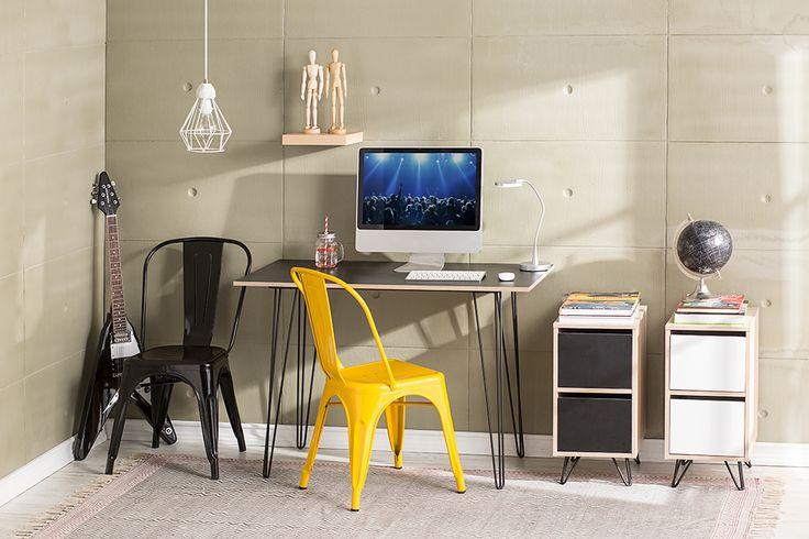Una lámpara colgante y un contraste de color en las sillas, la mejor opción para renovar tu oficina. #Muebles #Easytienda #Decoración #Combinaciones #Escritorio