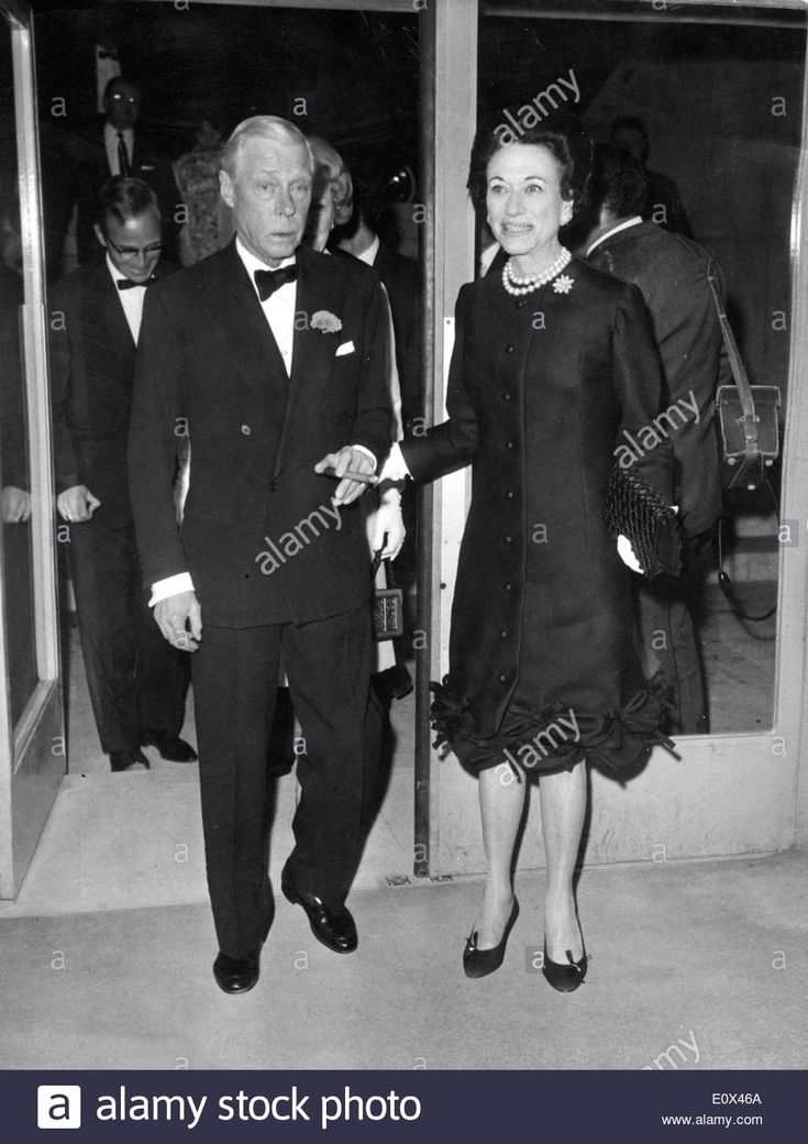 Download this stock image: The Duke and Duchess of Windsor leave the cinema - E0X46A from Alamy's library of millions of high resolution stock photos, illustrations and vectors.