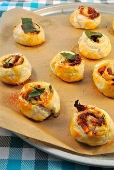 Bladerdeegrondjes met zongedroogde tomaat, parmezaanse kaas en basilicum - Lekker en Simpel