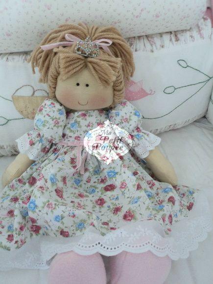 Boneca Princesa Nina com cabelo loiro. Mede 48 cm em pé e 28 cm sentada. Pode ser feita em outras cores, consulte-nos. R$ 115,76