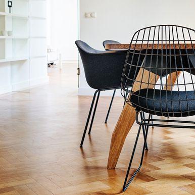 Draadstoel SM05 van Pastoe - Cees Braakman. Met zwart zitkussen. Hier te zien aan de Lino tafel van Oormerk in combinatie met de Fiber chairs van Muuto
