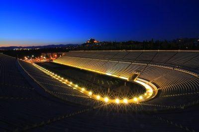Día 4 : Visitaremos el Estadio Panatenaico , construido en mármol blanco entre 1869 y 1870,lugar donde se realizaron los primeros Juegos Olímpicos en 1896. En la actualidad es posible caminar por las gradas , introducirse en la pista de atletismo e incluso subirse al podium.  La recorrida se realiza junto a una audio guía .