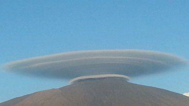 Foto  Nubi lenticolari sull'Etna  il vulcano dà un nuovo spettacolo