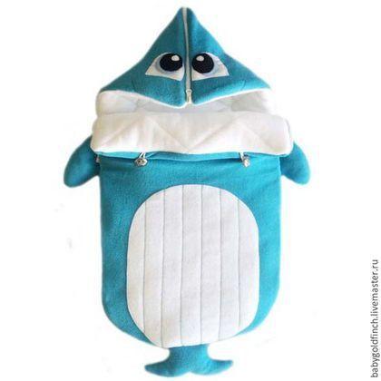 Купить или заказать Конверт для новорожденного на выписку и в коляску Китенок в интернет-магазине на Ярмарке Мастеров. Конверт от 0 до 4-5,5 месяцев на выписку из роддома и для прогулок в коляску после выписки. год гарантии. Конверт не трансформируется в одеяло, имеет модель кокона. Морской конверт выполнен в виде рыбки (китёнка), оснащён двумя молниями по бокам и молнией на капюшоне. Конверт на любой сезон: конверт зима утеплён холофайбером 4.5 сантиметров, рассчитан до минус 20-25.