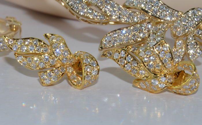 Il set è composto da una collana, bracciale, orecchini e anello in oro giallo 18 kt. Con 750 hallmark Italia. Peso totale del set è circa 63,86 g.  Diamanti: Circa 11 carati. Taglio brillante: colore: E – chiarezza: Top Wesselton VVS Extra bianco  Collana: Circa 148 diamanti Peso g 32,26 Decoro centrale: 7,8 x 1,7 cm Lunghezza collana: circa 42,4 cm  Bracciale: Circa 84 diamanti Peso: 19,04 g Decoro centrale: 4,4 x 1,5 cm Diametro interno: 5.3 x 4.8 cm  Orecchini: 86 diamanti Peso: 6,16 g…