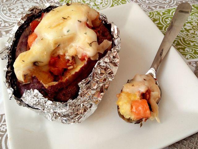 Batatas são indispensáveis na minha mesa, mas estou tentando diminuir a quantidade das inglesas. Desta vez, fiz uma baked potatosuper rápida e fácil usando uma batata doce e adorei o resultado. Al…