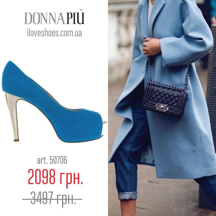 Голубая и синяя обувь сама по себе очень роскошно и благородно выглядит, поэтому стилисты советуют сочетать ее с более спокойными и нейтральными оттенками, например, с белым, серым, черным и бежевым цветами. Представляем вашему вниманию итальянские туфли из замши голубого цвета торговой марки Donna Piu. Устойчивый каблук высотой в 10,5 см и скрытая платформа высотой в 3,5 см. Открытый носок. Без застежки