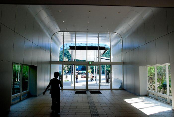 近代的なトンネルを抜け、やがて美しいガラス建築が見えた。行ってみよう。