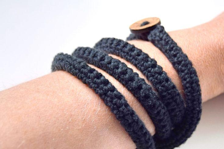 """Hæklet armbånd … En re-post, som tidligere har været en del af bloggens arkiv. Jeg beklager tæppe-bombningen med """"gamle indlæg"""" de seneste dage. Indlæg, som er pist-forsvundet i flytterodet, men som jeg forsat gerne vil have på bloggen. I denne omgang er det hæklede armbånd dog den sidste re-post. Jeg er selvfølgelig glad for alle...Læs videre """"Hæklet armbånd"""" →"""