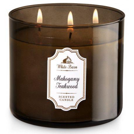 Achetez vite votre bougie parfumée Mahogany Teakwood de la marque Bath and Body Works, aux senteurs boisées et fleuries d'acajou, de chêne et de lavande givrée.