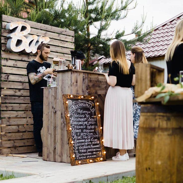 Самое пятничное фото!😀🍾🍸 Ну а в кадре - самое популярное место на любой вечеринке! Обозначить важную коктейльную локацию можно словом BAR, а написать меню напитков на меловой доске (все по 1500 руб/3 дня)!👍Всем пятницы!🎶 _____________ Организация: @iskrennost.pro Декор: @dvoevdecore♥️  #ретрогирлянда #свадебныйдекор #ретрогирлянды #гирлянда #light #лофт #лампанакаливания #garland #retrogarland #фонарики #гирлянданасвадьбу #лампынакаливания #гирляндаизламп #декорваренду #арендадекора…