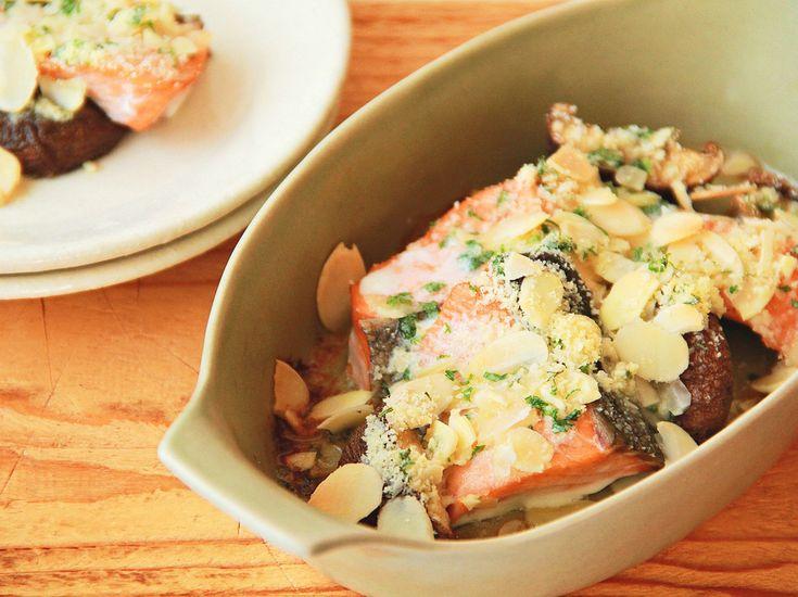 青魚より臭みも少なく、値段も手頃で使いやすい鮭は主婦の強い味方。定番のムニエルやホイル焼きはもちろん、フライパンで簡単にきれいな塩焼きができる技もご紹介します。レシピの幅がぐ~んと広がりますよ!
