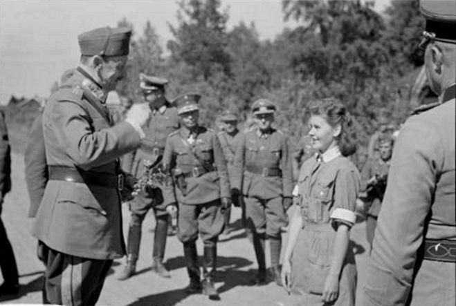 Lotta tervehtii marsalkka Mannerheimiä - Lotta avec le maréchal Mannerheim.