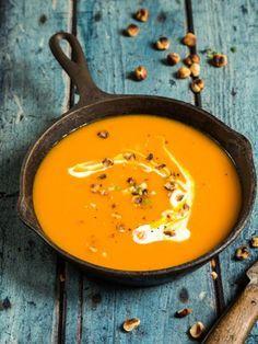 Eine Kürbissuppe sieht toll aus und schmeckt auch so. Klassisch als Kürbiscremesuppe oder exotisch mit Ingwer - wohlig warmes Suppenvergnügen im Herbst.