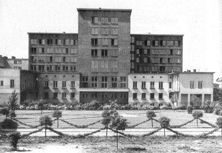 Warszawa w dwudziestoleciu międzywojennym - Ministerstwo Komunikacji, ul. Chałubińskiego 4 - widok od dziedzińca, fot. H. Poddębski (1932)