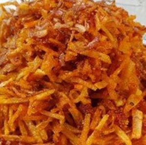 Heerlijk bij de Indische rijsttafel: Kentang Kering! Flinterdunne aardappelstokjes die worden gebakken met lombok en kruiden. Deze sambal ...