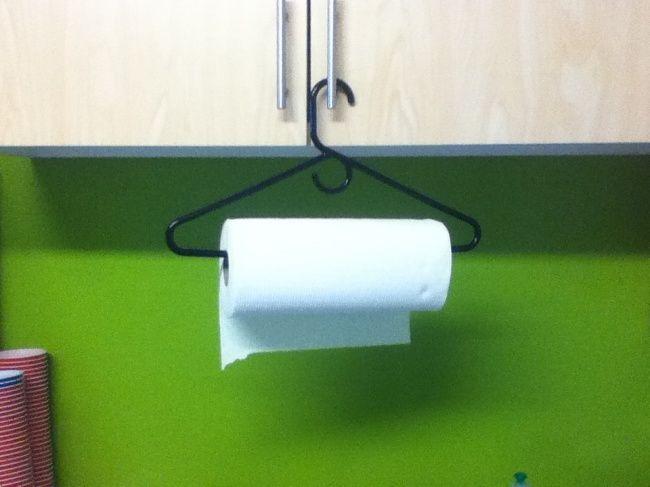 Un ottimo modo per memorizzare asciugamani di carta in cucina è di utilizzare un appendiabiti.