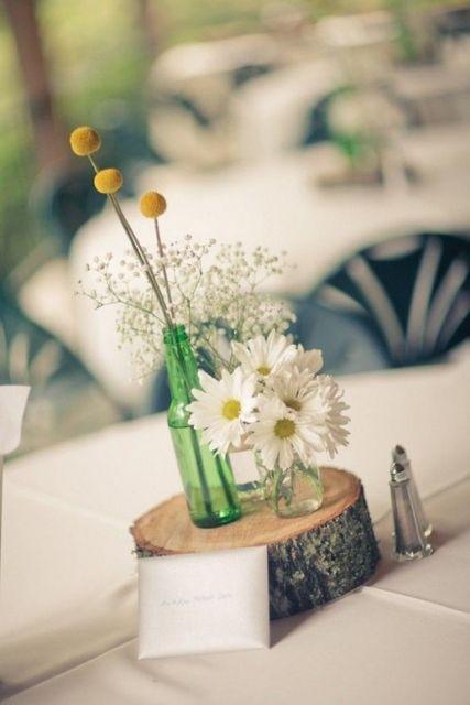 Bois et des fleurs dans pots en verre comme décoration