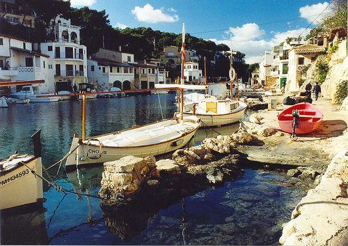 Cala d'Or ligt op zo'n 65 kilometer van Palma de Mallorca, de hoofdstad van Mallorca. Het is een romantische, maar ook bezienswaardige badplaats aan de Balearen. Het is een mediterraan dorpje waar je op allerlei manieren heerlijk van de vakantie kunt genieten.