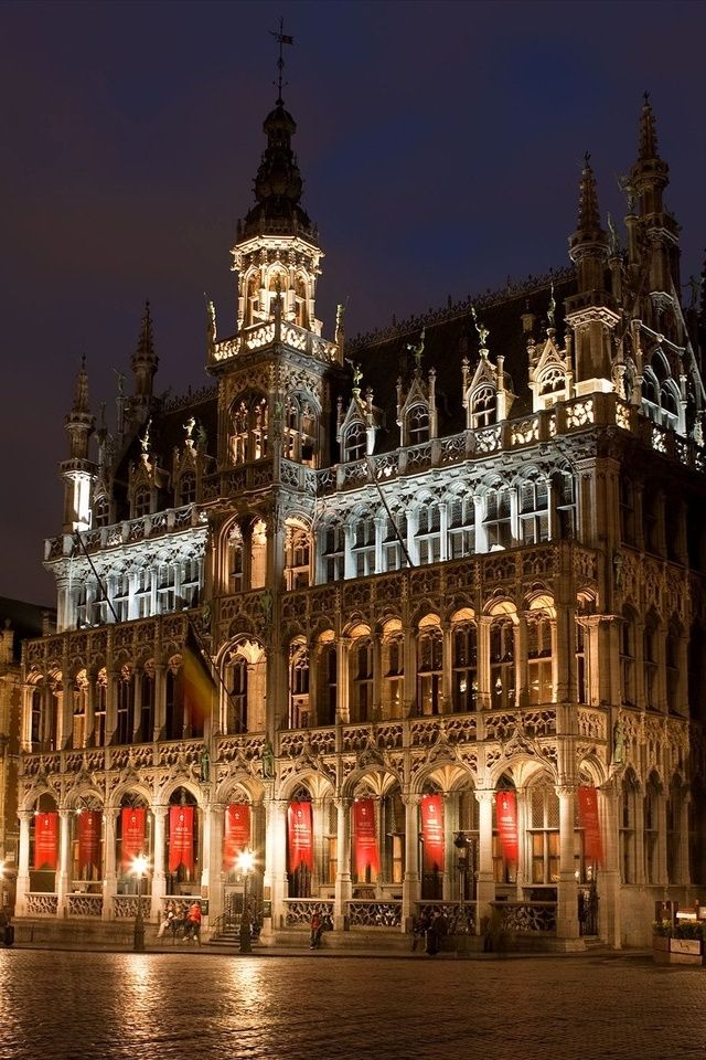 The Grand Palace is the central square of Brussels. It is surrounded by guildhalls, the city's Town Hall, and the Breadhouse. (Red light Paul!)