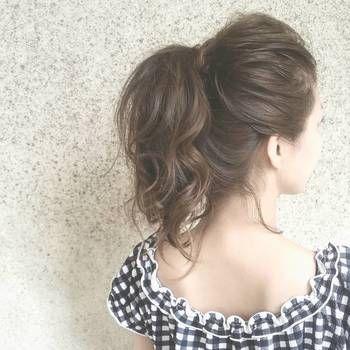 キレイに見えるポニーテールの位置は、あごの先から耳の中心を通った線の延長線上に作ることだと言われています。この位置より高めの位置に作ると、個性的で元気な印象に。少し低めの位置に作ると大人っぽく落ち着いた雰囲気に。