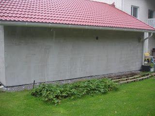 Tervetuloa lukemaan meidän talomme tarinaa. Talo valmistui kesäkuussa 2010 Nurmijärven Klaukkalaan, ja päiväkirja seurasi projektia alusta asti. Talo on tehty passiivitalo -määritysten mukaisesti, ja ensimmäisen vuoden lukemien perusteella sähkönkulutus alitti vaatimukset. Talon runkona on betonielementit, ja päällä tiilijulkisivu. Sivun vasemmasta laidasta löydät linkkejä talon tietoihin, sekä tärkeimpiin blogikirjoituksiin. Arkistosta löydät sitten koko rakentamisprojektin tarinan.
