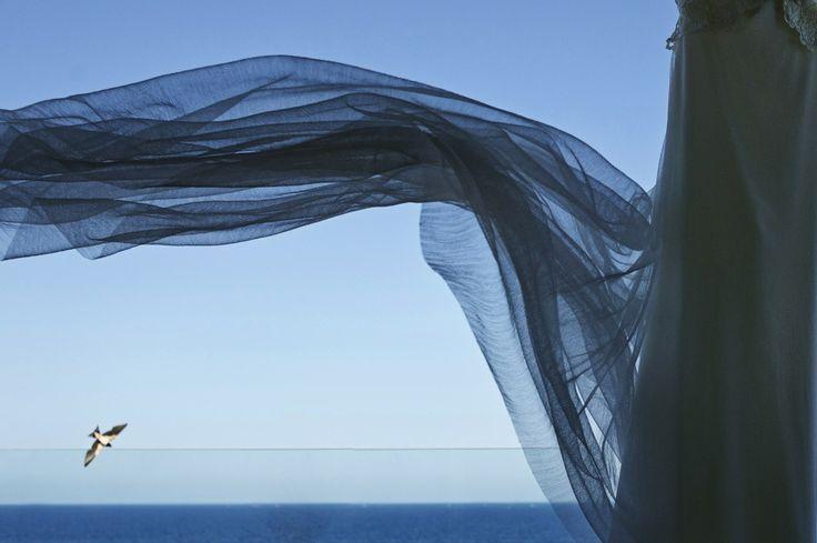 Boda en la playa. El vestido de la novia juega con las gaviotas. © SILVER MOON FOTOGRAFÍA