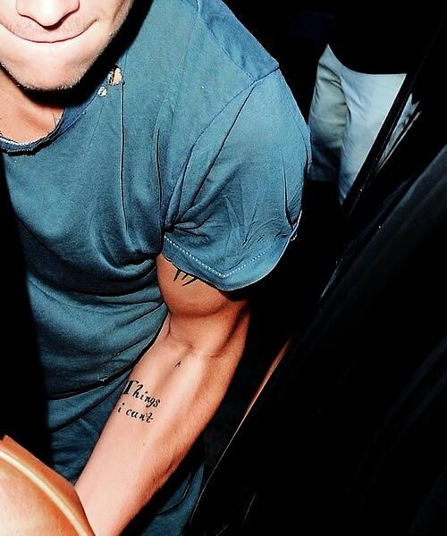 MUSCLES. HARRY EDWARD STYLES IS THE OWNER OF THOSE MUSCLES. ASKDFL *drops dead on floor cuz of Harry's sexy muscles*