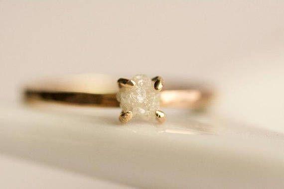 Ungeschliffener Diamant-Verlobungsring. Roh-Diamant-Ring.