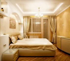 Узкая спальня в бежевых тонах